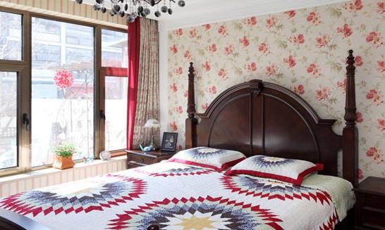 PART1花纹壁纸打造花花世界   同色系的窗帘、衣柜和墙壁上的花纹各不相同,花样丰富,但是色彩低调,不会对人的视觉造成困扰。躺在床上,犹如躺在了花丛深处。    红色碎花壁纸搭配一张深棕色的床和一盏复古吊灯,充分展现了美式田园风格的魅力。    浅绿色的碎花壁纸与书桌上的花束相互呼应,使卧室充满了田园气息。书房内装饰简单细致,气质淡雅,让人心境平静。    粉色碎花的壁纸甜美浪漫,减弱了棕红色的书桌、凳子带给人的庄严呆板感觉,令室内氛围变轻松。    PART2条纹壁纸呈现多维空间   壁纸的条纹与