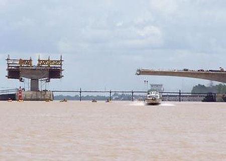 越南一座在建大桥坍塌220余人伤亡