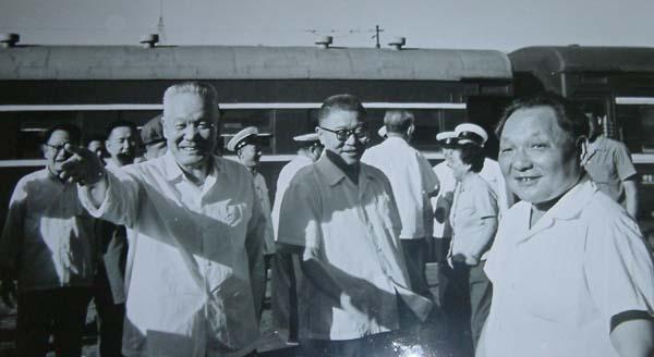 白如冰同志在青岛车站向邓小平介绍情况