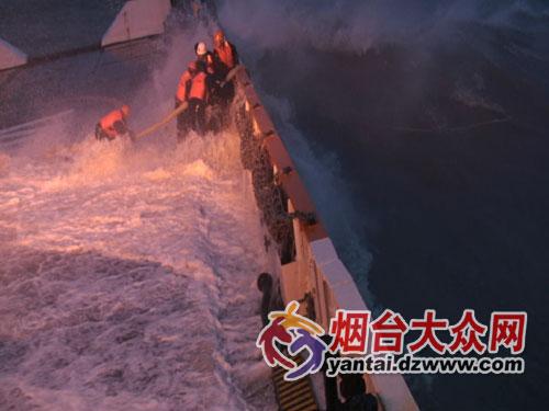 烟台 巨浪中救出39名遇险者高清图片