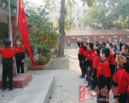 校园中向国旗敬礼