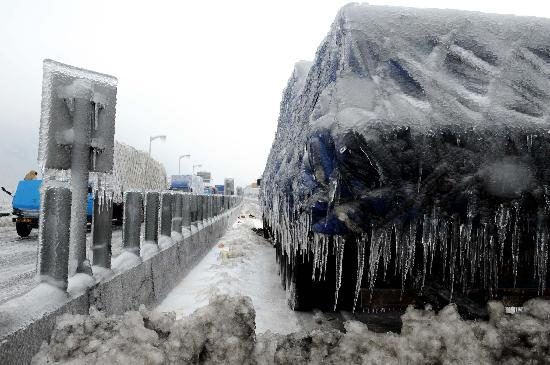 一辆汽车在京珠高速公路旁等待救援.-一辆汽车京珠高速等待救援