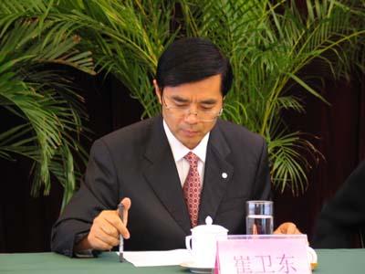 """青岛市对外经济贸易合作局副局长崔卫东在""""中国网络媒体山东"""