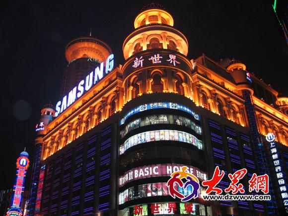 海南京路上的新世界城夜景-美丽的东方明珠图片