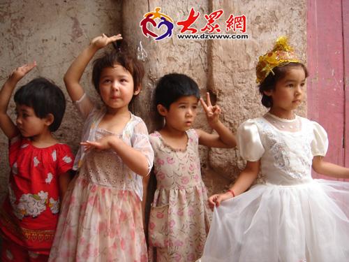 可爱的维族小朋友主动摆好姿势要求记者拍照