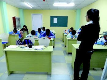 们正在培训机构上课.-日照中小学生暑假到来 作业减少辅导班旅行