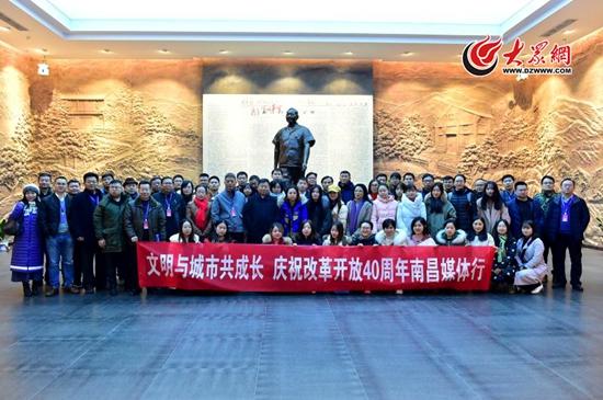 采访团记者在小平小道陈列馆中的小平同志铜像前合影.jpg