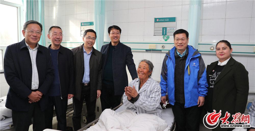 在病房,领导专家与患者合影留念.JPG