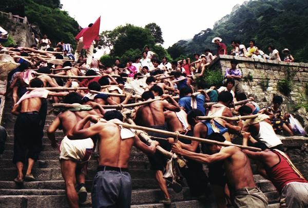 泰山修复工程中的泰山挑山工   1994年泰安市泰山管委对泰山南天门景区进行了