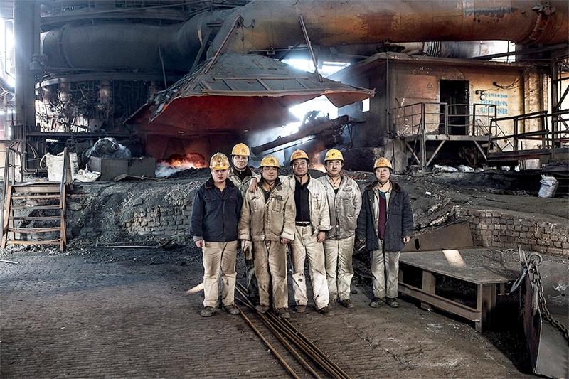 47 《老工业基地转型》(组照)2016年12月27日,当班工人在高炉车间纪念,有60年历史的工厂正式停产。(潘永强).jpg