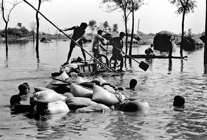 9、《抗洪壮歌》1993年夏,百年不遇的特大暴雨和强龙卷风多次袭击菏泽地区, 面对突如其来的特大洪水,菏泽地委行署组织武警官兵、公安干警200多个抢险突击队,用1400多船只和木筏转移群众。(王超英).JPG