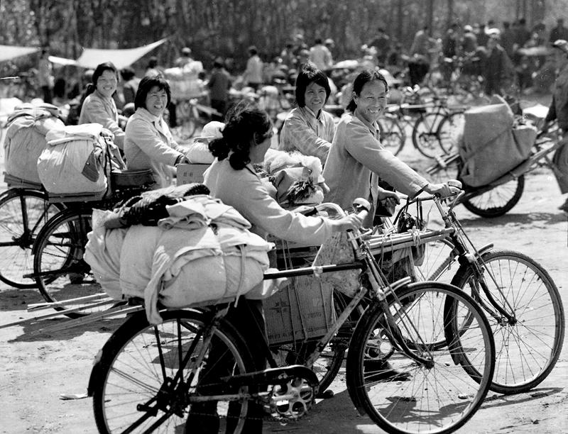 27、《大嫂经商》1985年,几名临沂妇女骑着自行车去集市上卖东西。伴随着农村改革的深入,村民们不再被禁锢在土地上,许多妇女从家庭的小天地里挣脱出来,做起了小生意。(李霞).jpg