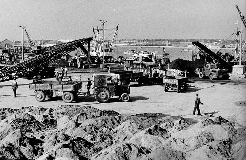 """5、《忙碌的港口》1981年,即将开工建设的日照港。日照港1978年选址,1982年开工建设,1986年开港开放,是国家重点发展的沿海主要港口,""""一带一路""""重要枢纽。(张书永).JPG"""