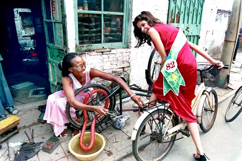 9、《世界风筝小姐在潍坊》2002年4月,两名世界风筝小姐在潍坊市区街巷体验市井风情。伴随着改革开放的步伐,潍坊国际风筝会已经举办了36届,成为世界了解山东、山东走向世界的重要舞台。(甄士光).jpg