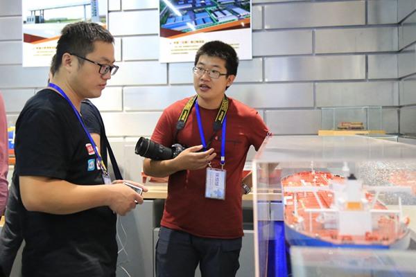 采访团记者参观展览馆内的模型(邹慧 摄)