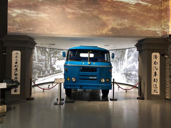 """""""黄河JN150""""8吨载重汽车设计制造于1960年,是中国第一辆重型汽车,它的诞生彻底结束了中国不能生产重型汽车的历史。.jpg"""