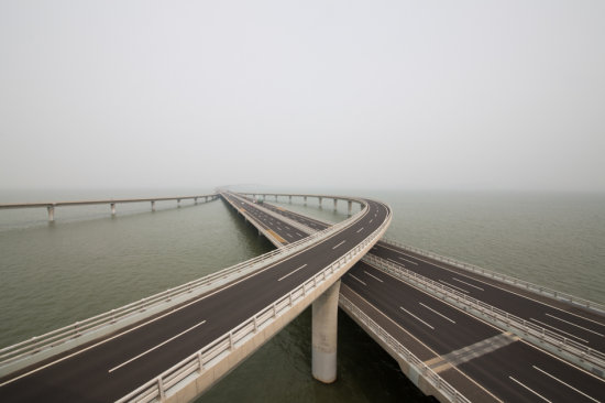 """图2 16日下午,""""我爱这片蓝色的国土""""网络主题活动采访团到达位于青岛的山东高速胶州湾大桥.jpg"""