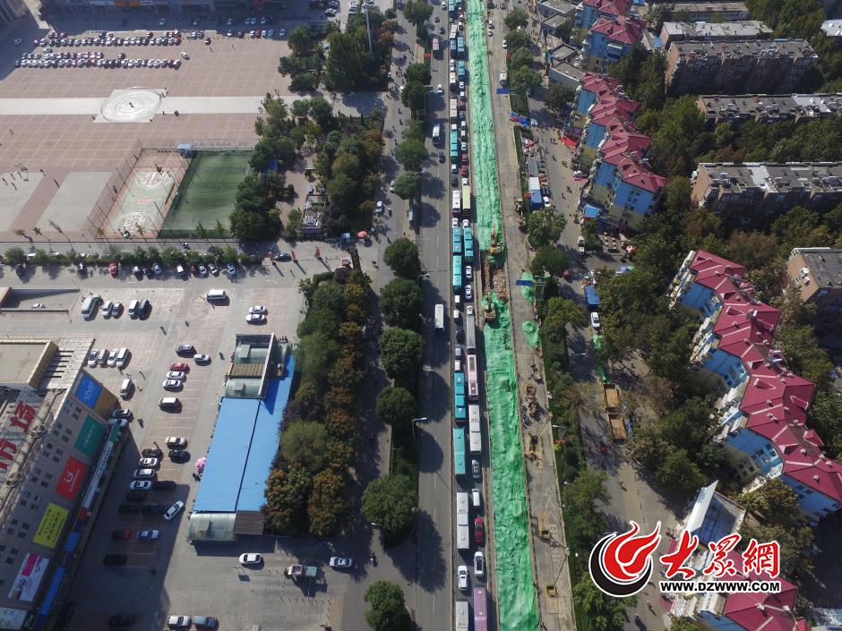 10月11日,济南济泺路半封闭施工的第三天,记者通过无人机拍下的济南济泺路,路面由南向北车辆持续严重拥堵,车队排成长龙。大众网记者 王长坤 孙博洋  摄