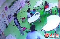 监控画面显示该幼师推搡孩子并强行给孩子塞饭_meitu_2.jpg