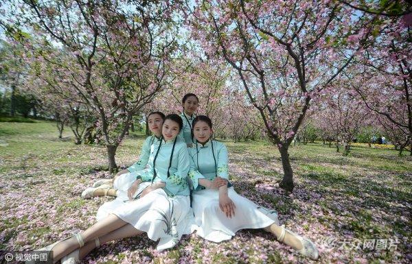 瘦西湖导游换新装 花丛中拍美照
