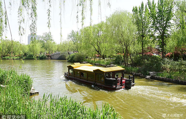 大明湖畔春光美 吸引众多游客踏青游览