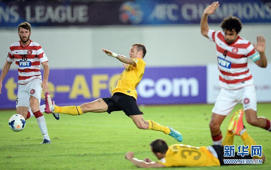 8月27日,广州恒大队球员迪亚曼蒂(左二)在比赛中拼抢。