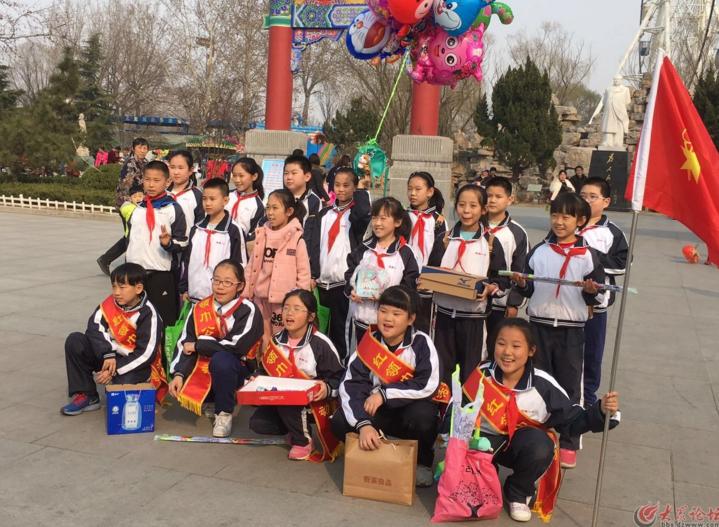 滨州一小学生礼拜天学雷锋公益活动
