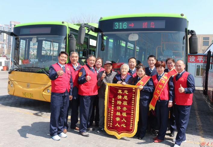 公交志愿者,爱心得到老人们的奖励和鼓励