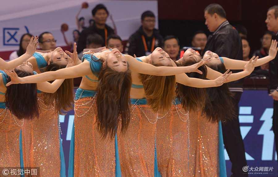 山东高速比赛篮球宝贝民族风热舞燃爆全场 耍酷跳双截棍舞吸睛