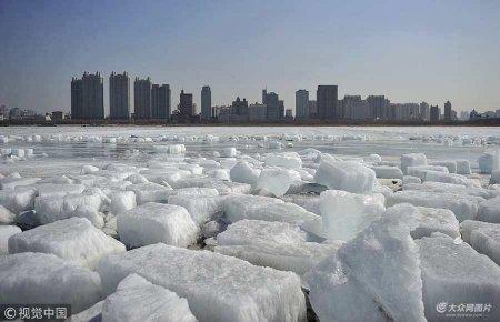 2018年3月10日,哈尔滨,松花江上的浮冰。