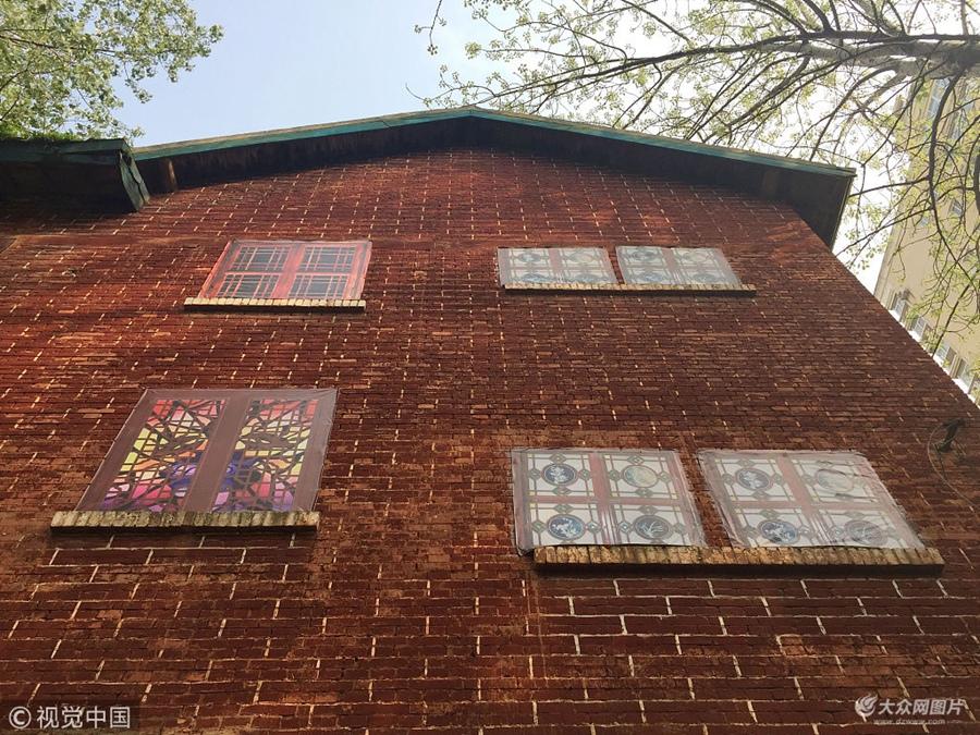 """武汉两栋旧楼房为美观墙面贴上漂亮""""假窗户"""""""