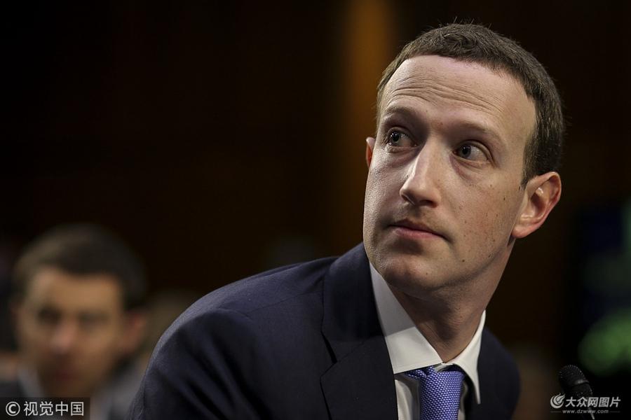 """美国:脸书创始人扎克伯格向国会作证 被记者层层包围""""压力山大"""""""