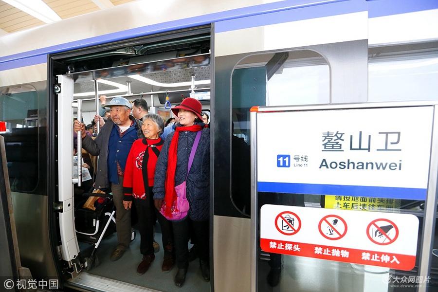 青岛地铁11号线迎来首批试乘市民