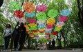 2018年4月12日,在济南泉城公园观光桥及观光桥周边都有镂空雨伞的装饰,五彩斑斓、美不胜收。市民在装饰伞里漫步,呈现至美意境。