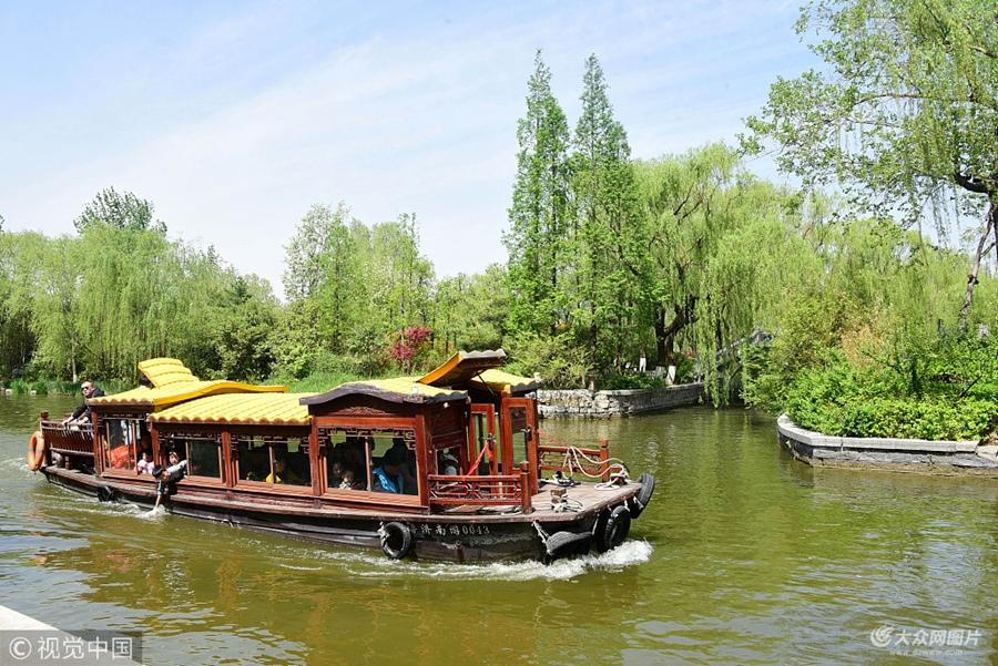 济南:大明湖畔春光美 吸引众多游客踏青游览