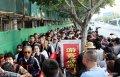 2018年4月18日,众多的游客聚集在厦门大学群贤校门外,等候进入校园参观。