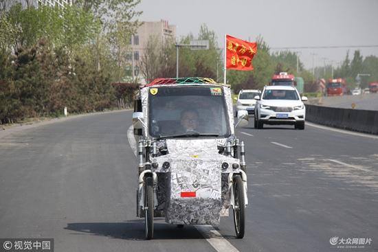小伙自制房车骑行中国 时速20公里边走边直播
