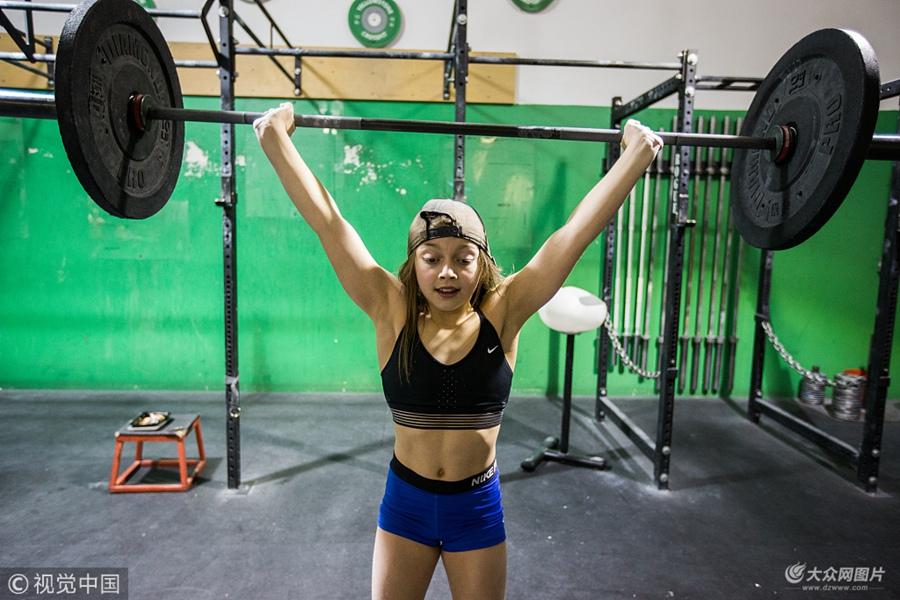 美版摔跤吧爸爸!10岁女孩练举重4年举90斤杠铃
