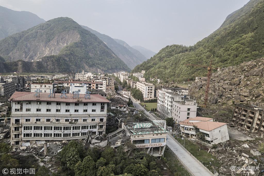 航拍四川北川老县城地震遗址 景家山崩塌情形历历在目