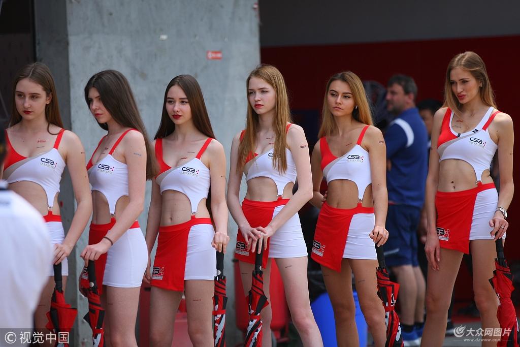 2018中国超级摩托车锦标赛:赛车女郎肤白长腿亮眼吸睛
