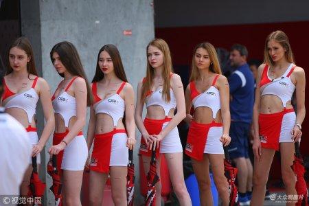 2018年4月29日,成都,2018中国超级摩托车锦标赛,赛车女郎肤白长腿亮眼吸睛。