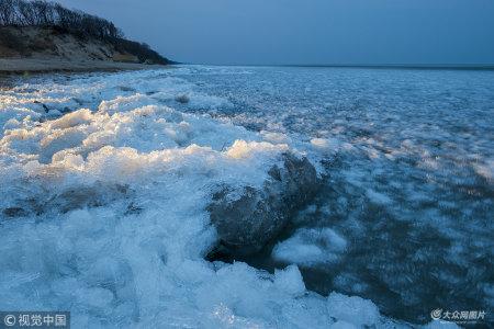 2018年4月28日凌晨3点45分,黑龙江鸡西市,兴凯湖观景台湖边的冰块被波涛形成不继的撞击着,这片区域很快就会形成明水。