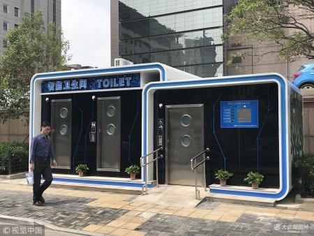 5月2日,郑州中原区百花里路上出现一座刚建成不久投入使用的郑州全智能卫生间,该智能卫生间具有一键自动开门、自动冲水、出卫生纸、洗手液、洗手烘干等高科技功能。现场照片。