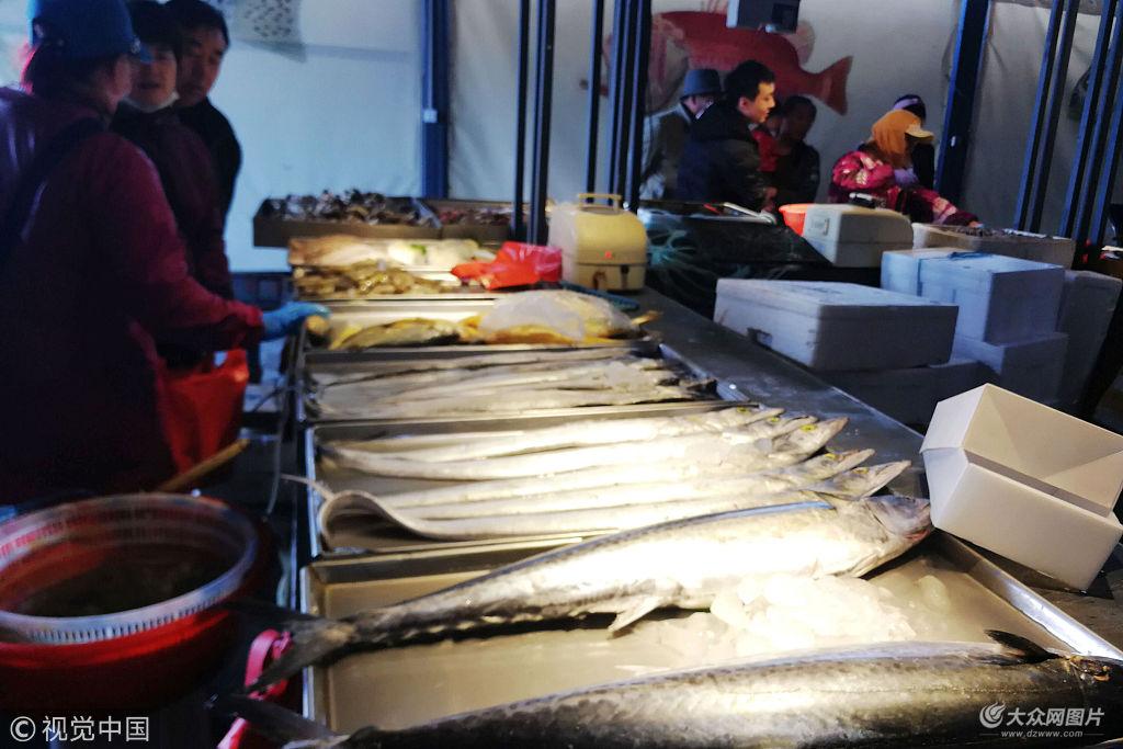 青岛休渔期到来 市场鲜活海鲜遭市民抢购