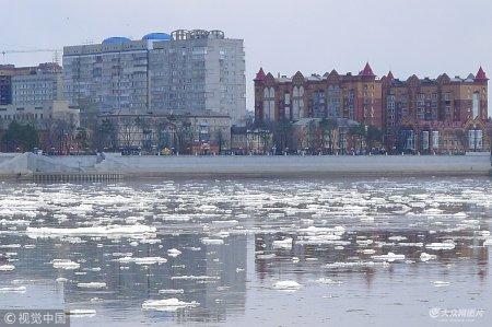 """2018年5月2日,黑龙江黑河段出现大面积冰排顺流而下,蔚为壮观。标志着黑龙江黑河段开江。界江上冰排顺流而下,宛如""""万马奔腾"""",吸引中俄边民及游客纷纷驻足拍照留念。"""