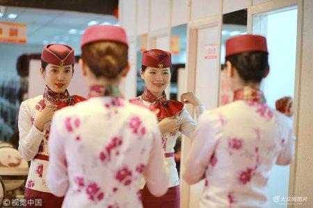 4月28日,重庆。在重庆北站北广场的站台上,27岁的列车长郭莉正向她的乘务班组布置当天值乘G8516次列车的工作。一个小时后,班组5名年轻的姑娘们即踏上了驶向成都的行程。