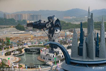 """2018年4月29日,贵阳,贵州某首个科幻主题乐园对外试运营,身高53米、耗费钢材750吨、花费资金一亿多元打造的一款全球最高、最大、""""身价""""最贵的钢结构机器人随之与游客见面。"""