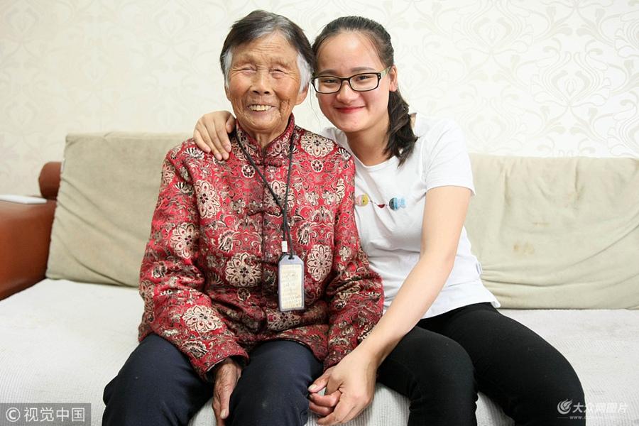 女研究生带76岁养母上学 担心母亲不能自理