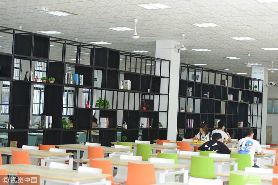 图书架摆到食堂  南京高校食堂文艺范十足