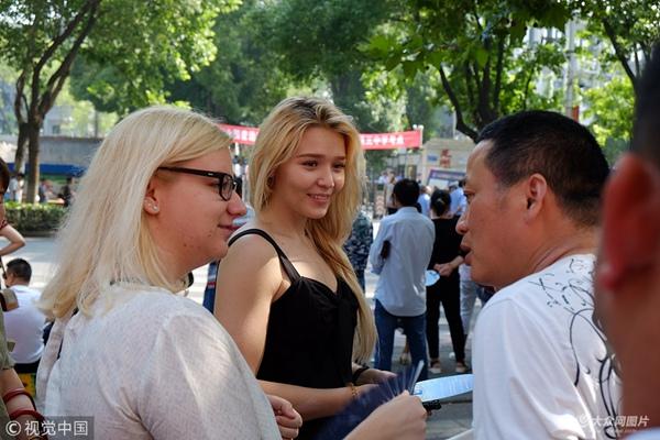 """外国留学生现场体验""""中国高考""""的氛围"""